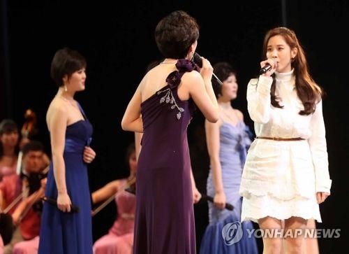 Des chanteuses de la troupe Samjiyon et la chanteuse Seohyun, du groupe sud-coréen Girls' Generation, au théâtre national de Corée à Séoul le 11 février 2018