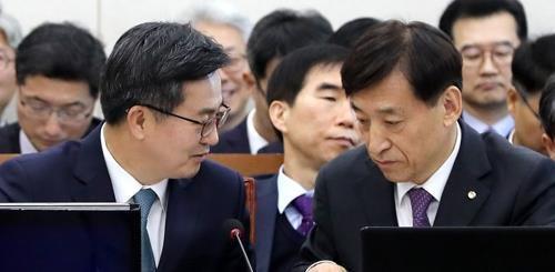 Le ministre des Finances Kim Dong-yeon (à gauche) s'entretenant avec le gouverneur de la Banque centrale Lee Ju-yeol (à droite), lors d'une audition parlementaire, le 29 octobre 2018.