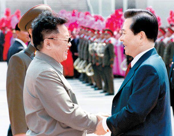 Le Dirigeant Kim Jong-il accueille le Président Kim Dae-jung à Pyongyang le 13 juin 2000