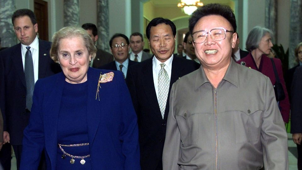 La secrétaire d'État Madeleine Albright accueillie par Kim Jong-il à Pyongyang le 23 octobre 2000