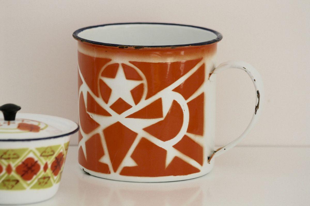 Gros Mug ou pot en métal émaillé orange Vintage
