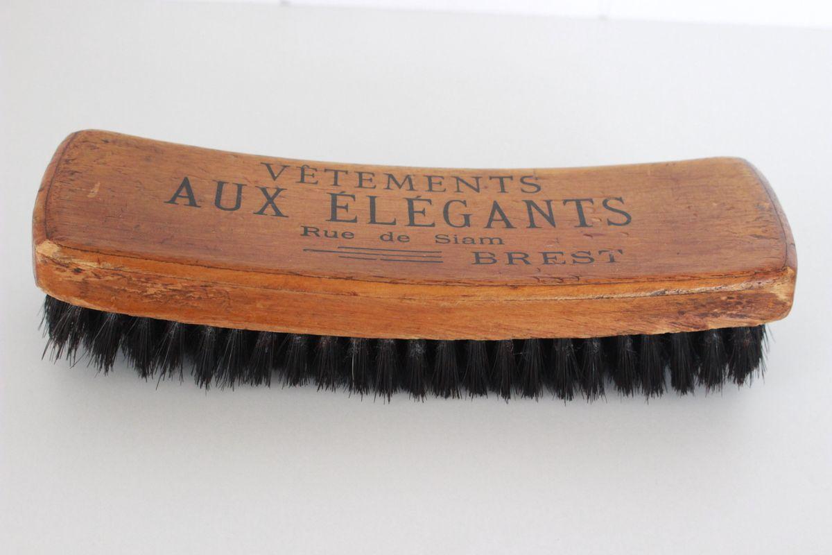 Brosse ancienne en bois signée Vêtements aux Elégants Brest Vintage