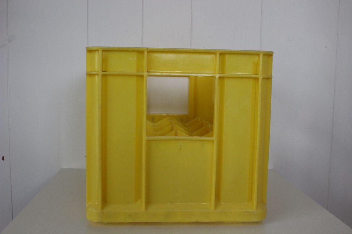 Caisse jaune à bouteilles Sanpellegrino