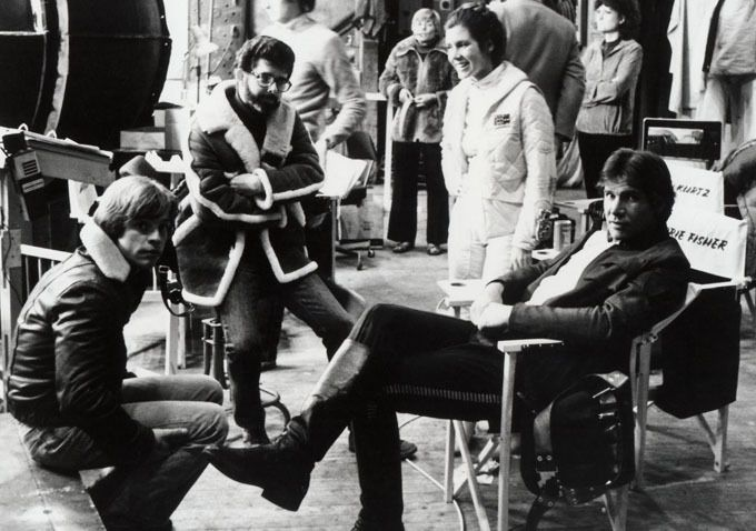 George Lucas, Mark Hamill, Carrie Fisher & Harrison Ford pendant le tournage de Star Wars.
