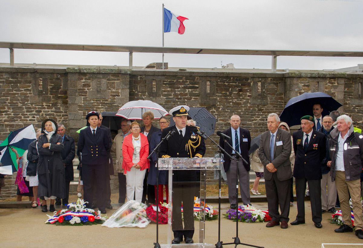 Captain Christopher Clough, représentant l'Ambassadeur de Grande Bretagne en France