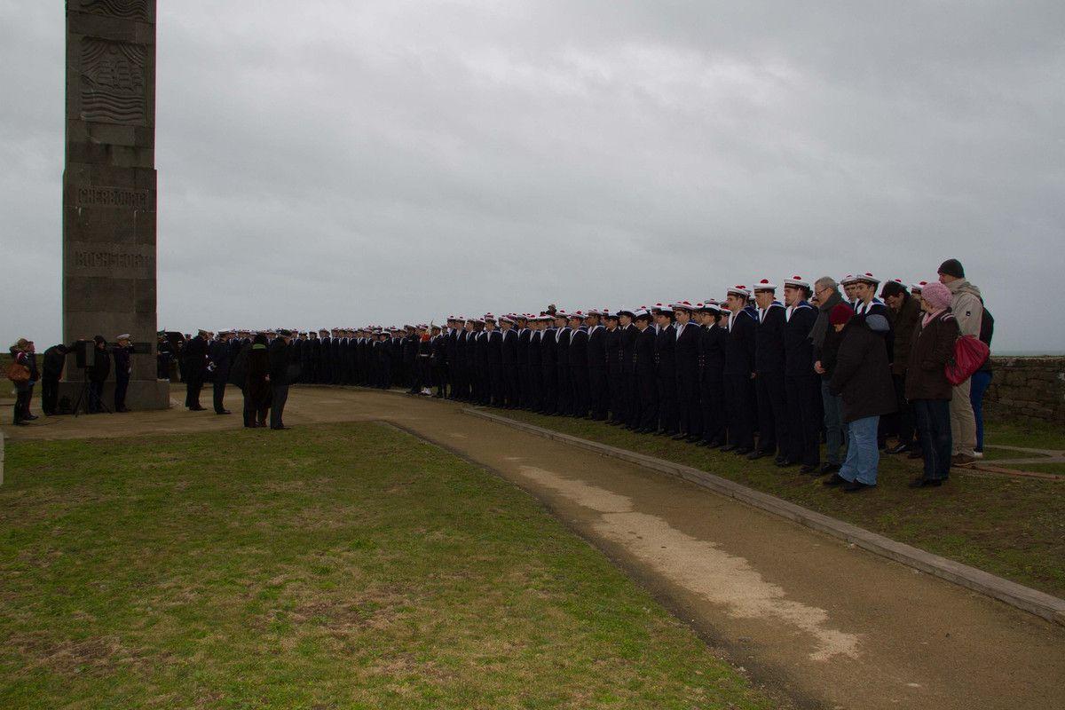 Les élèves de l'École des Mousses sur l'esplanade du Souvenir Français
