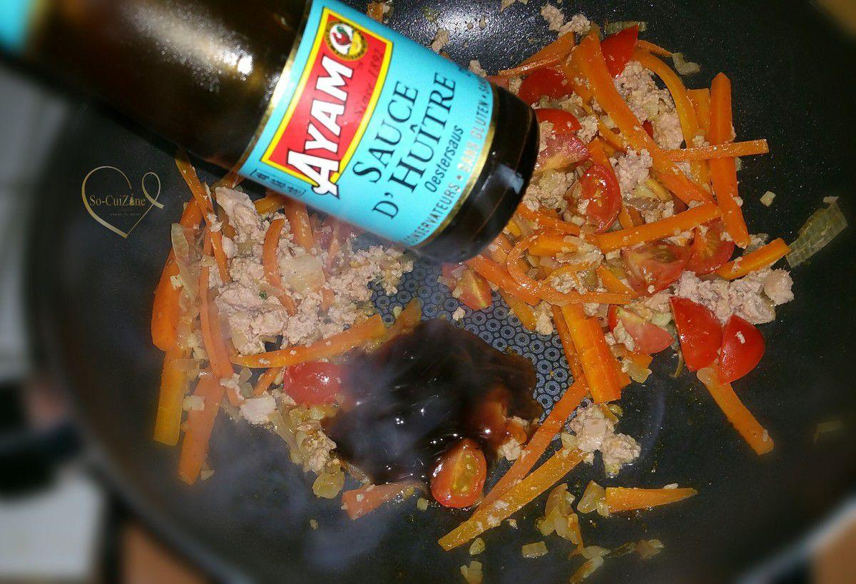 Wok de nouilles de riz sautées au thon à l'huile