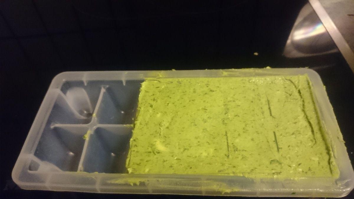 Meine Bärlauchbutter friere ich im Eiswürfelbehälter ein, so habe ich immer eine kleine Portion Bärlauchbutter parat die wie frisch zubereitet schmeckt. 20 Minuten auftauen bei Zimmer - tempeatur reicht meist. Zum Würzen von Gemüse kann so ein Würfel auch sehr gut eingesetzt werden.
