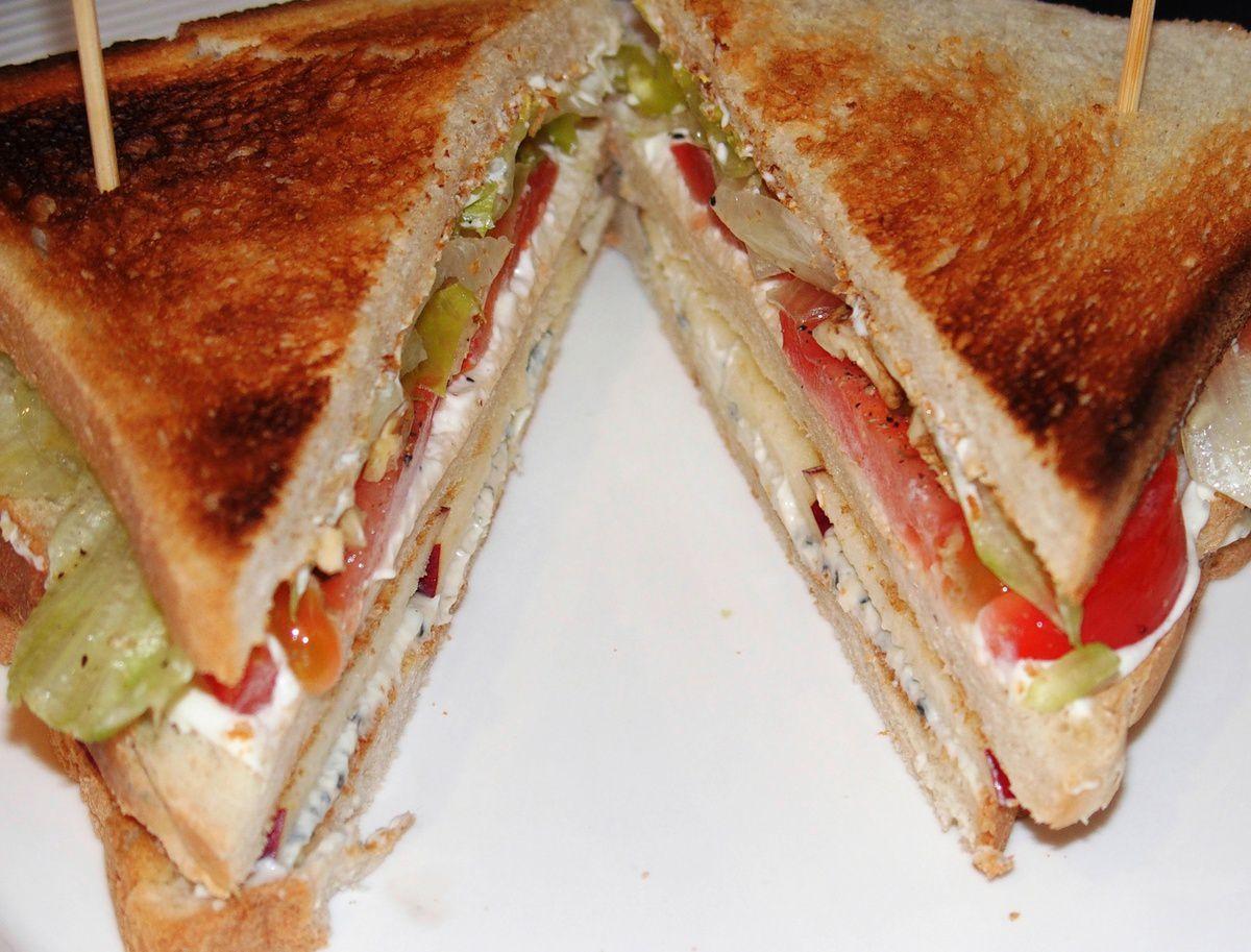Club sandwich au roquefort, pomme et noix