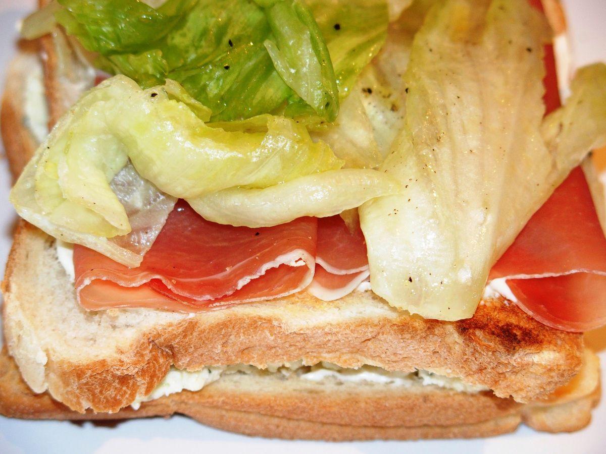Club sandwich au fromage de chèvre, jambon cru et olives