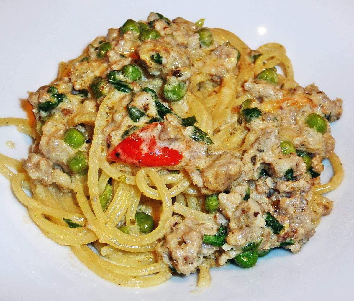 Spaghetti à la saucisse, sauce crémeuse et petits légumes