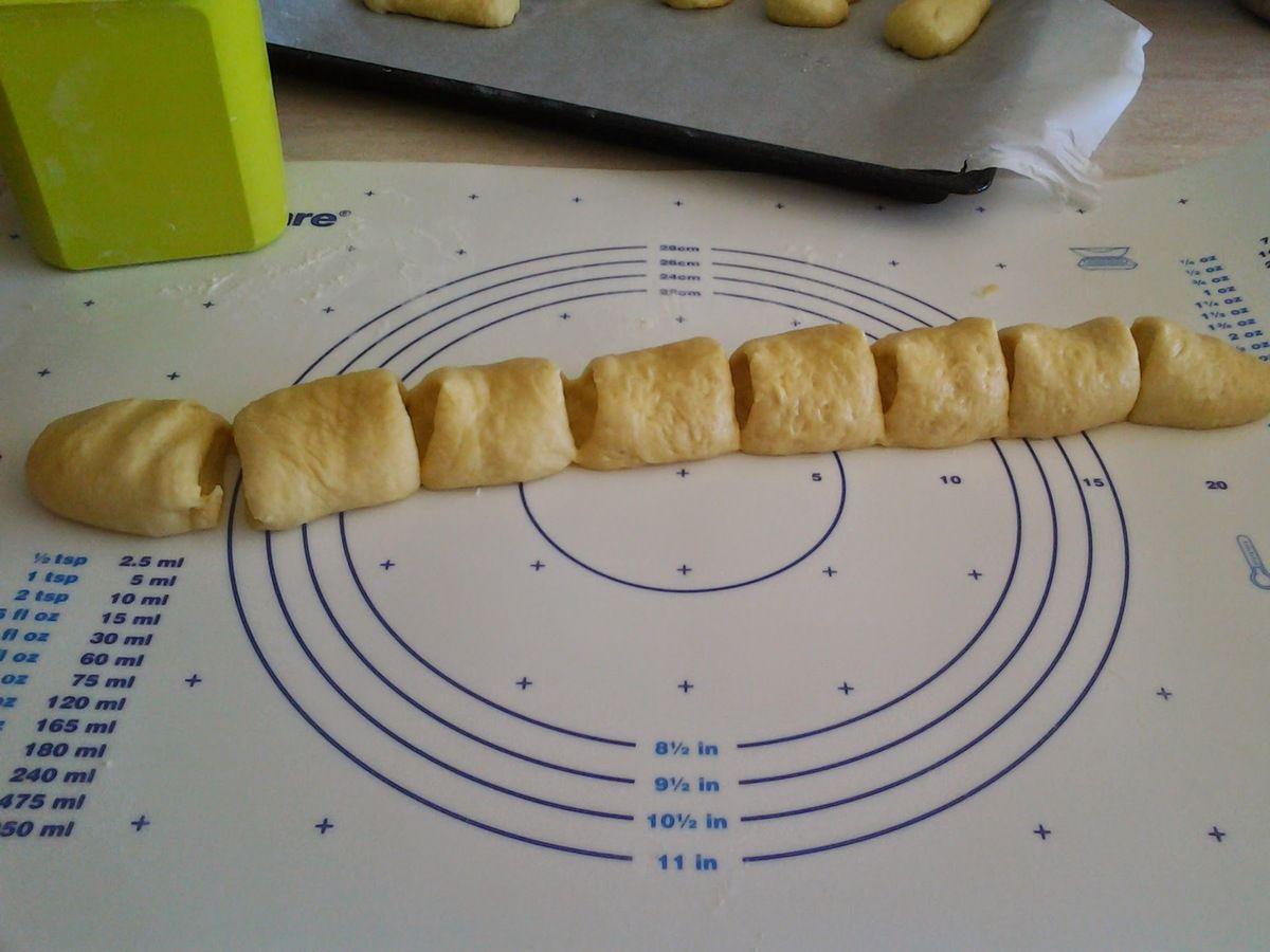 A l'aide d'un couteau couper le cylindre en dix tronçons égaux.