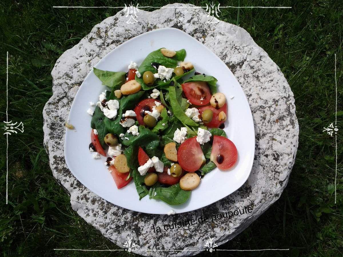 Salade d'épinards, tomates, feta et olives vertes