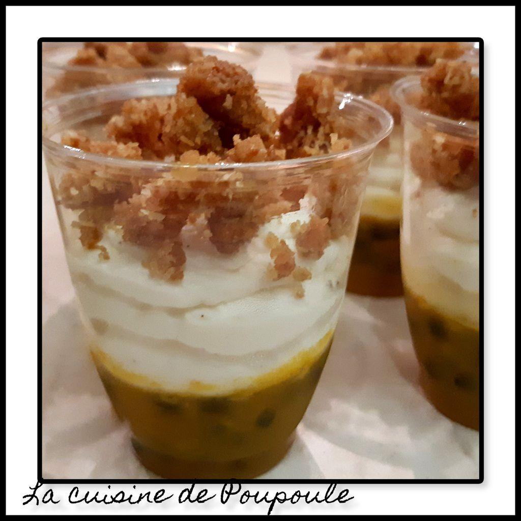 Verrine mousse mascarpone, crumble coco et fruit de la passion