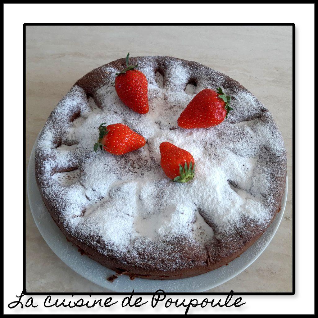 Gâteau aux fraises, yaourt et cacao en pourde