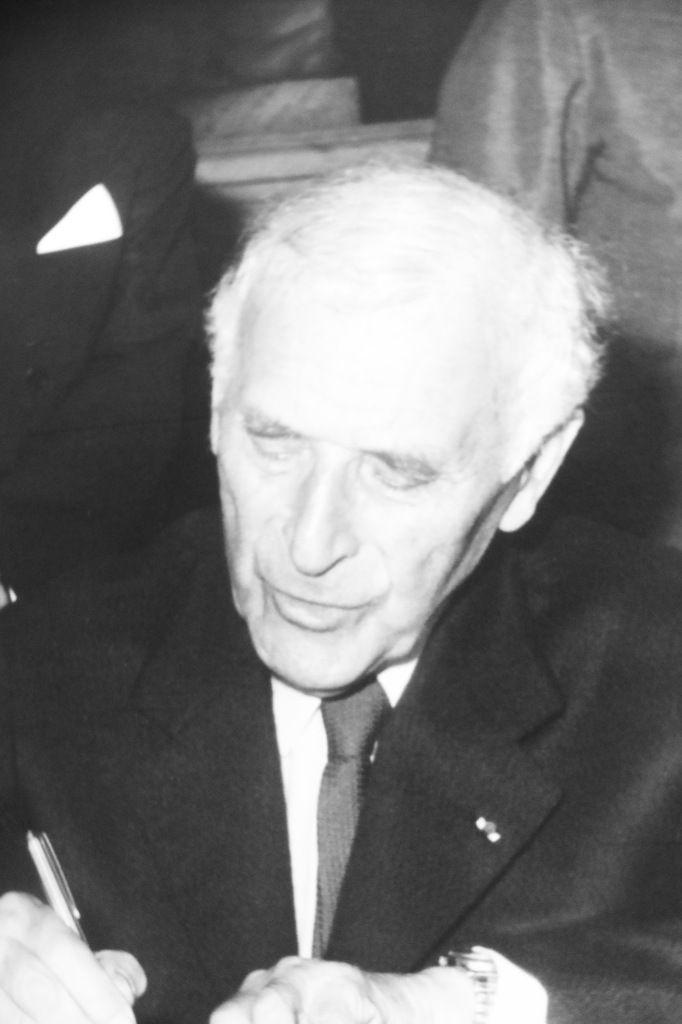 Marc Chagall signant l'acte de donation à l'Etat du message biblique.