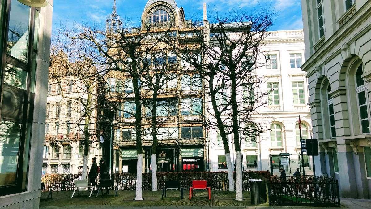 Petite pause devant le Musée des instruments de musique de Bruxelles
