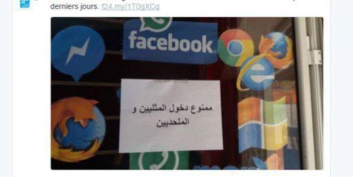 Affichette apposée sur un magasin de Tunis, apparemment un café internet, expliquant en arabe: «Interdit d'entrer aux homosexuels et aux athées (capture d'écran de Twitter).© Capture d'écran de Twitter