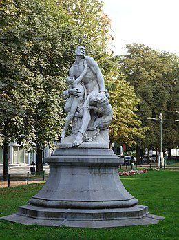 Un esclave échappé enchaîné protège héroïquement son fils de deux molossiens mordants - La version en plâtre de 1869 est au Palais de Justice et la version en marbre de 1894 sur l'avenue Louise à Bruxelles.
