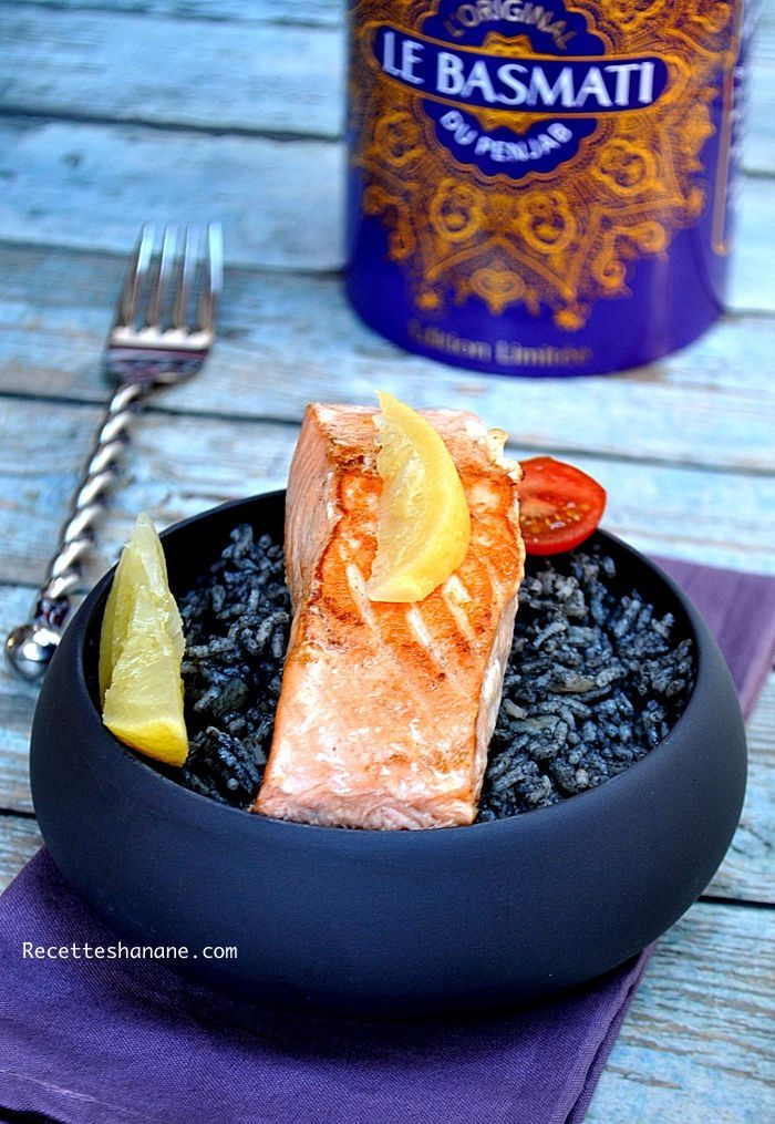 Pavés de saumon et riz à l'encre de seiche