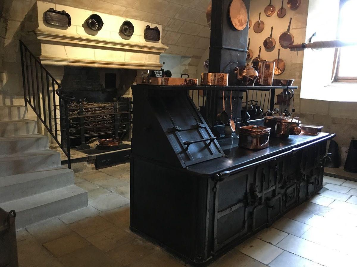 une super cuisinière et une cheminée pour faire griller les sangliers;