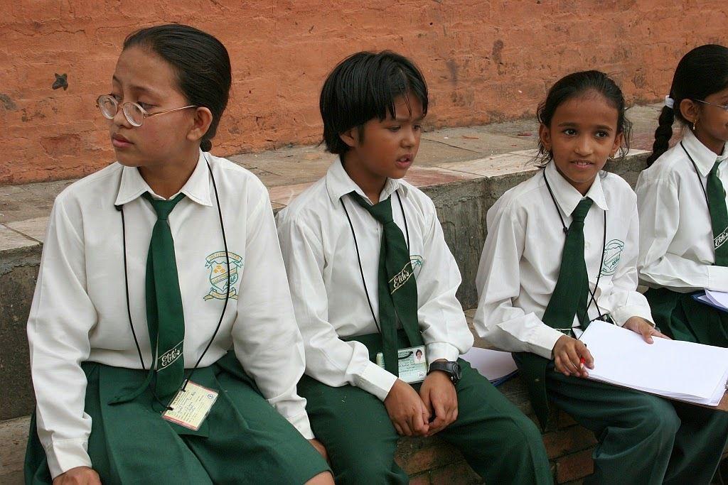 des écolières dans un temple