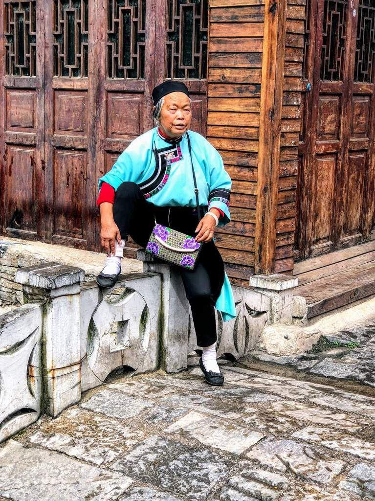une touriste chinoise de passage dans un village han