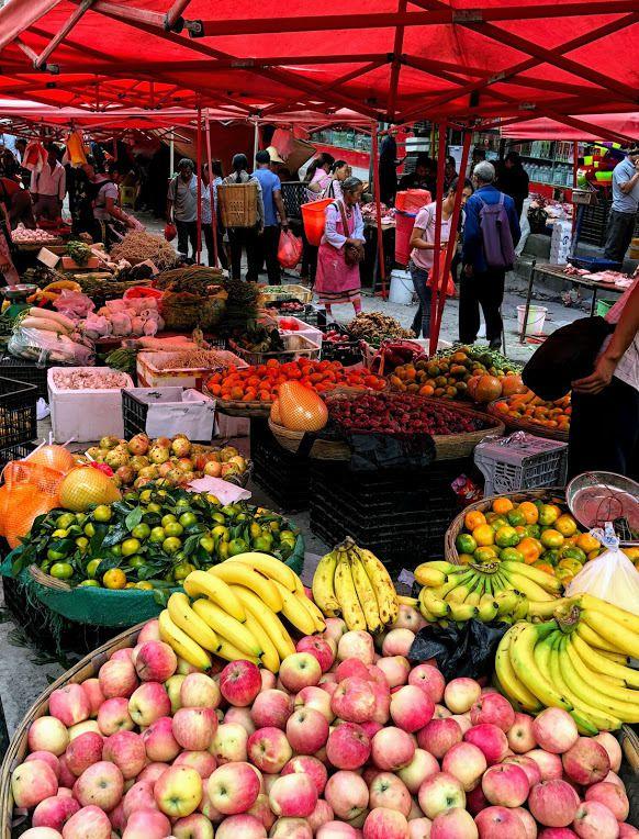 un marché aux fruits et légumes bien achalandé