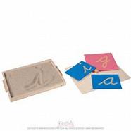 Avant de tracer des lettres rugueuses, l'enfant aura pu s'entraîner à tracer des graphismes avec des cartes rugueuses.