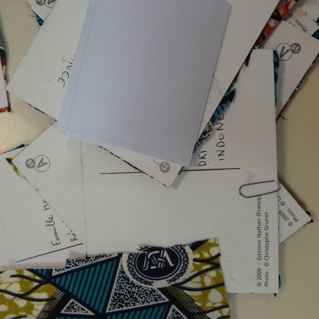 Ecriture des adresses des copains sur les cartes postales à envoyer pendant les vacances