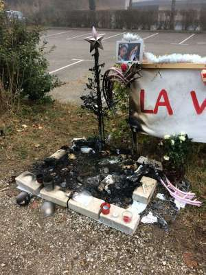 Disparition de Maëlys: un sapin de Noël à la mémoire de la fillette volontairement incendié