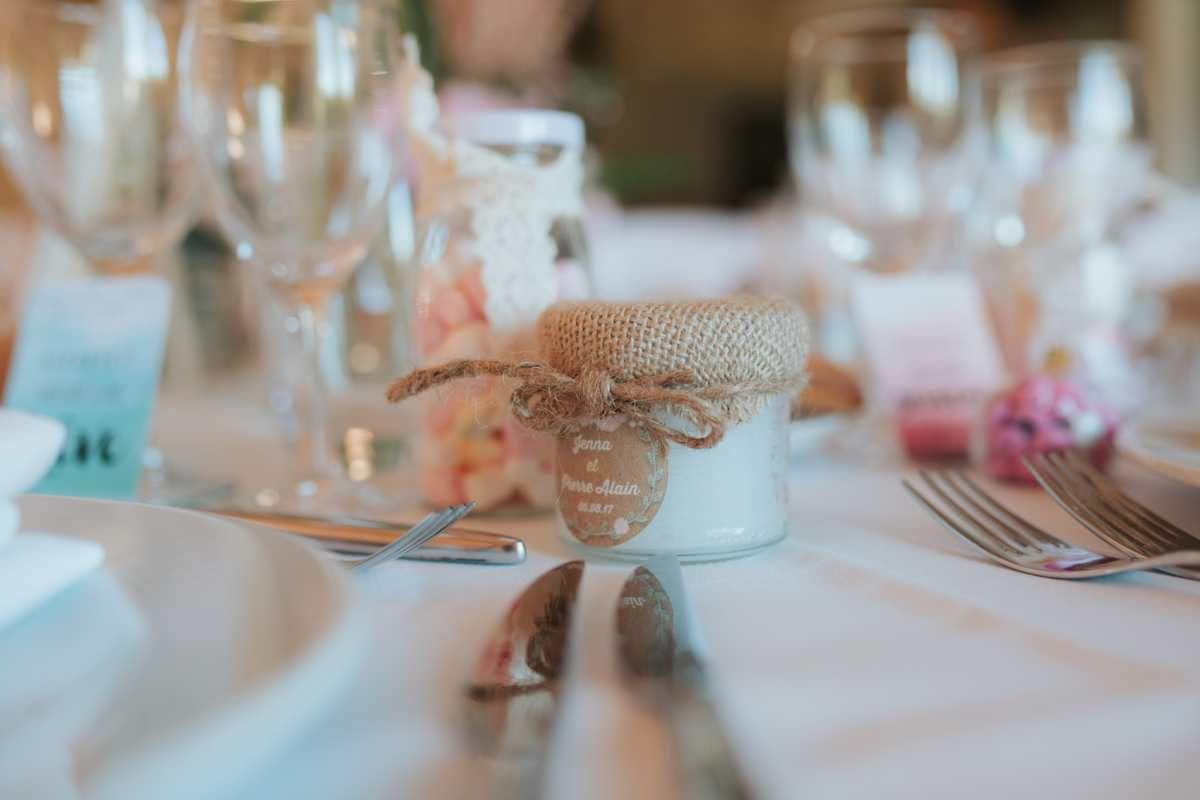 étiquette adhésive ronde (support bougie), marque place simple recto (non nominatif), étiquette pour cierges magique, à personnaliser, options assorties au faire part de mariage, , photographie image source : pimprunelle photography http://www.pimprunelle.com, wedding planer vous désirez events http://vousdesirez.fr