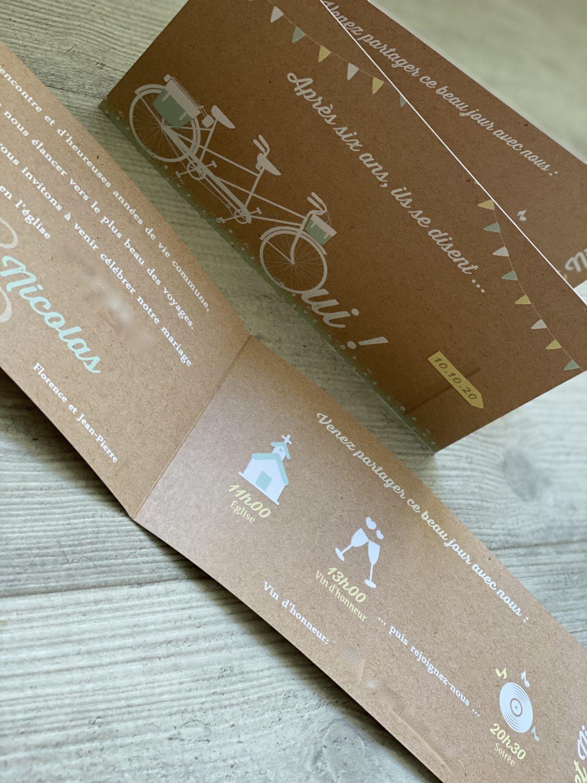 Faire part papeterie mariage thème tandem vélo #efdcbysoscrap impression fond type kraft recto verso 1 pli 21x10cm fermé texte et couleur à personnaliser fanions timeline pour le programme de la journée avec pictogrammes adresses et horaire du jour