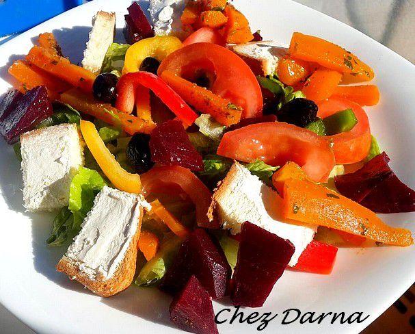 سلطة مكونة من الخس الفلفل الأخضر الأحمر الأصقر الطماطم الباربا الجزر المطهويين و شرائح الخبز المدهونة بجبن الفيلاديلفيا تقدم مع نفس السدم مع نفس الصلصة السابقة