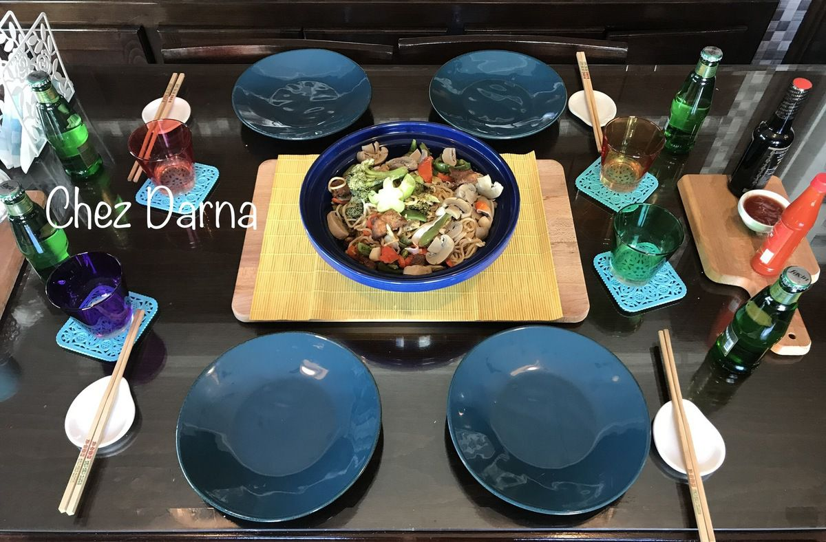 wok de nouilles aux légumes et poulet  ووك النودلز بالخضر و الدجاج