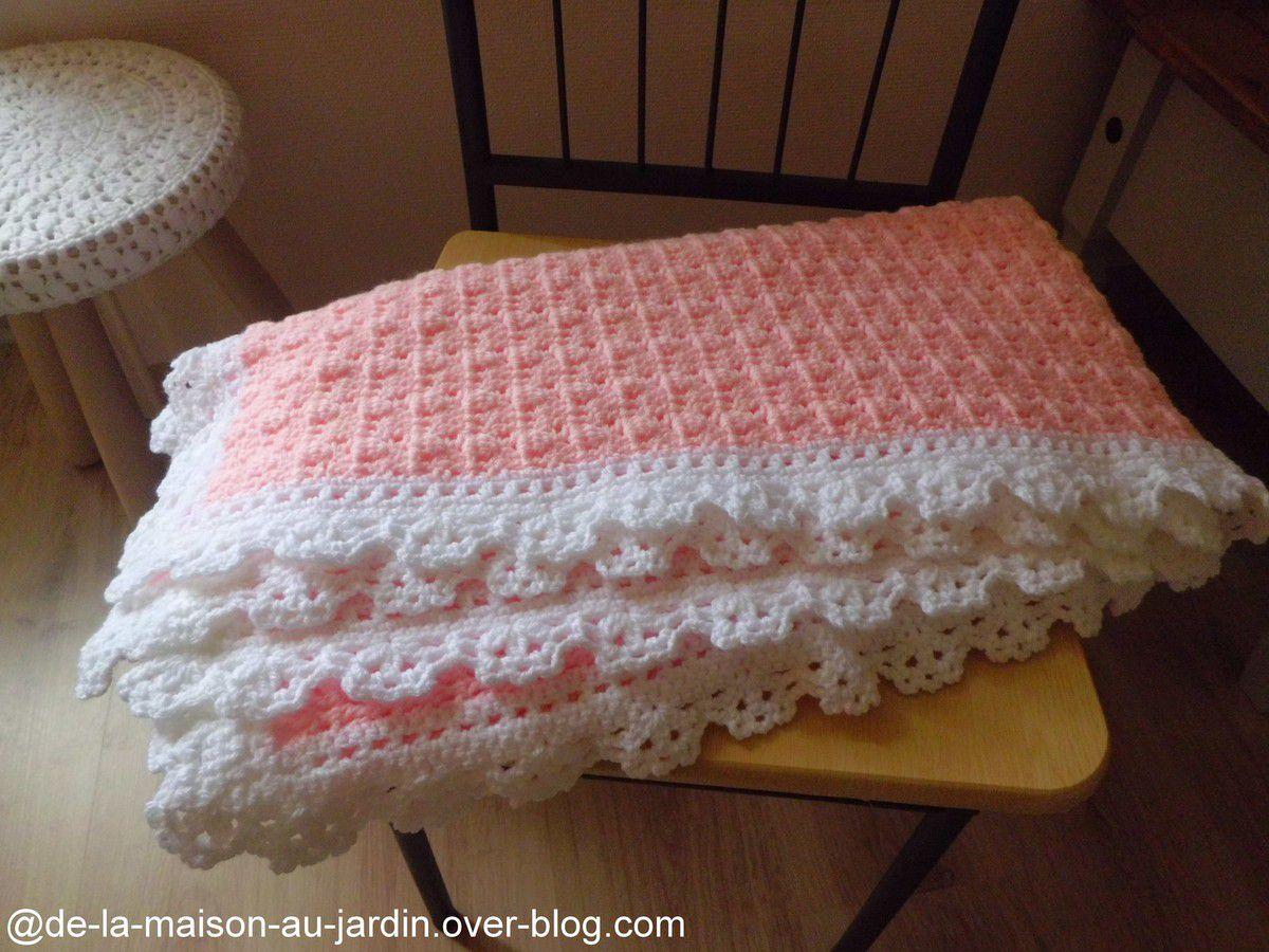 COUVERTURE bébé en rose , aux jolis points fantaisies , orné d'une belle bordure dentelle blanche !