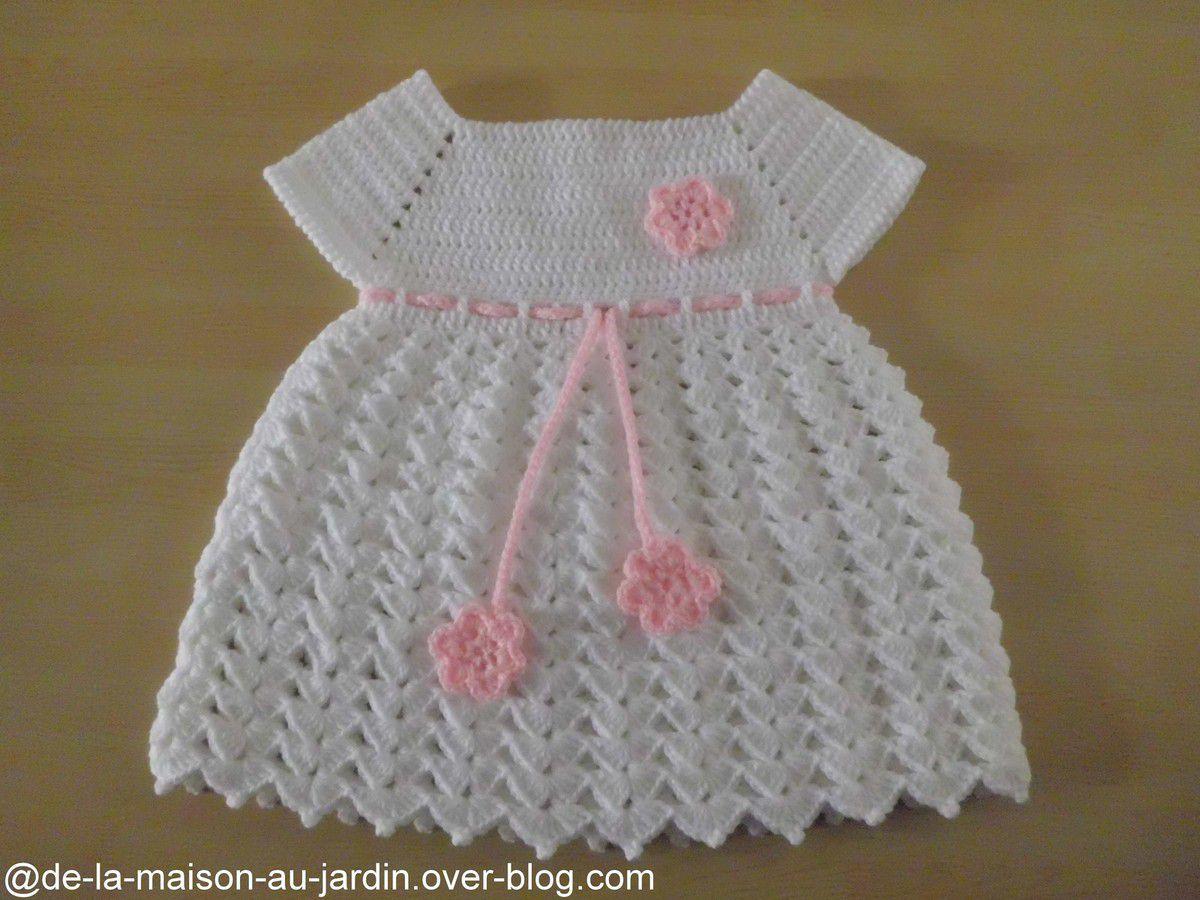 Robe bébé blanche , orné d'une lanière et de 3 fleurs roses , de 1 à 3 mois , facile à réaliser !