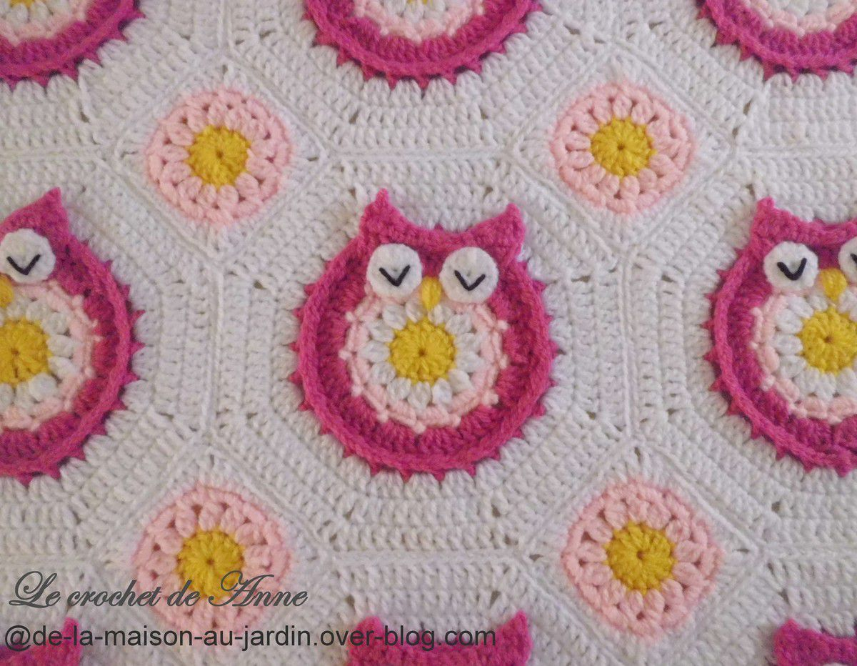 Adorable couverture bébé , orné de granny chouettes colorées  !
