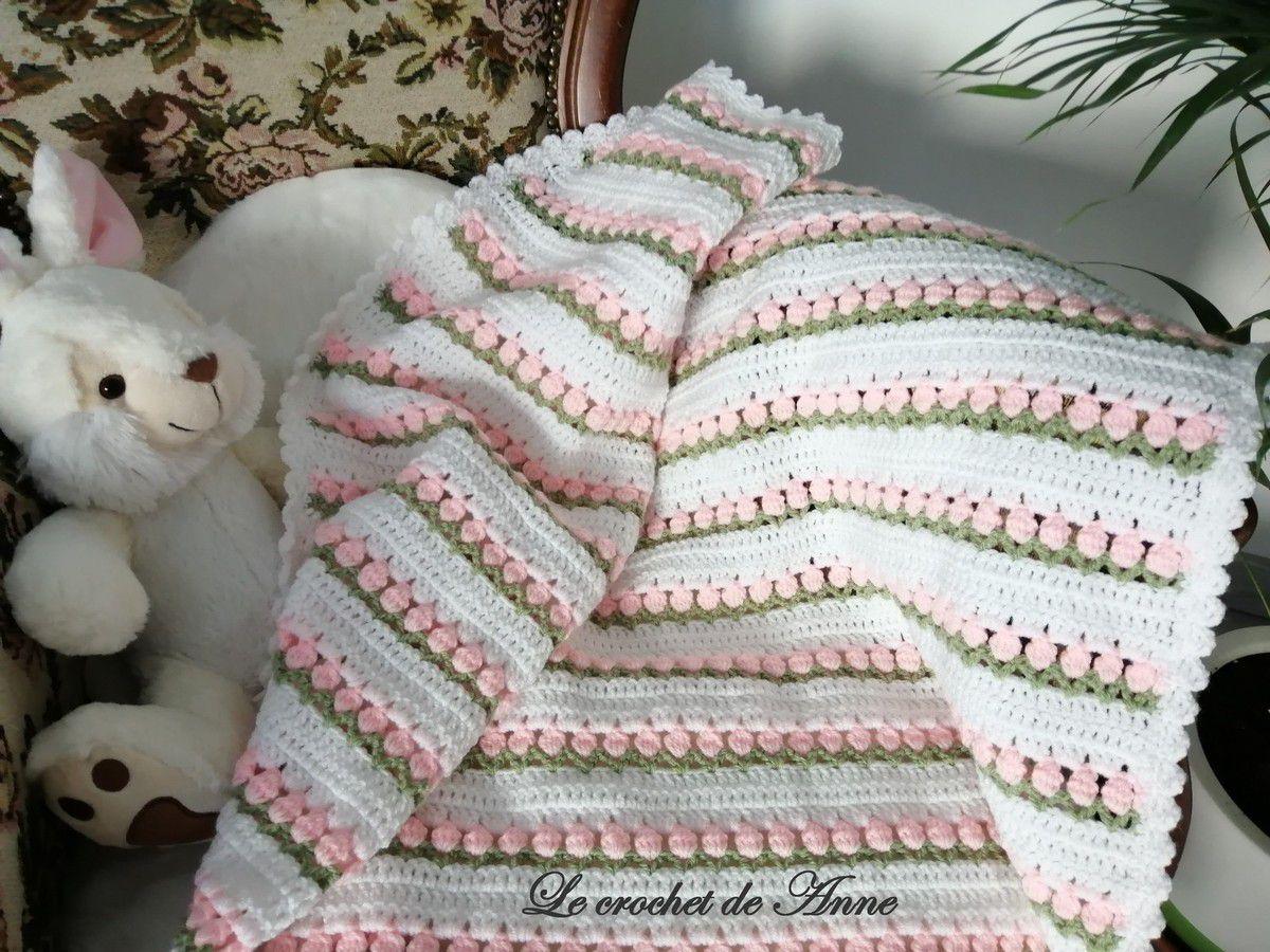 Ravissante couverture bébé aux rangs fleuris, avec seulement 3 points au crochet !
