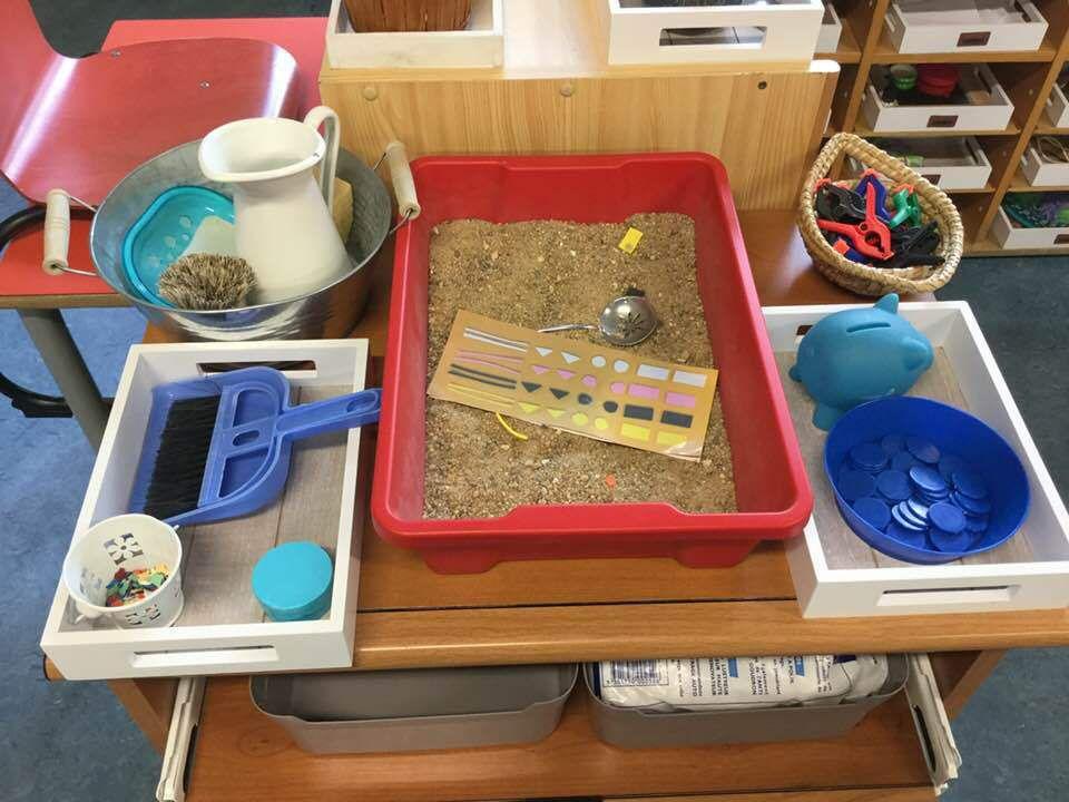 Lavage de table, balayage, cuillère à saupoudrer, tirelire, pinces (en dessous c'est la réserve).