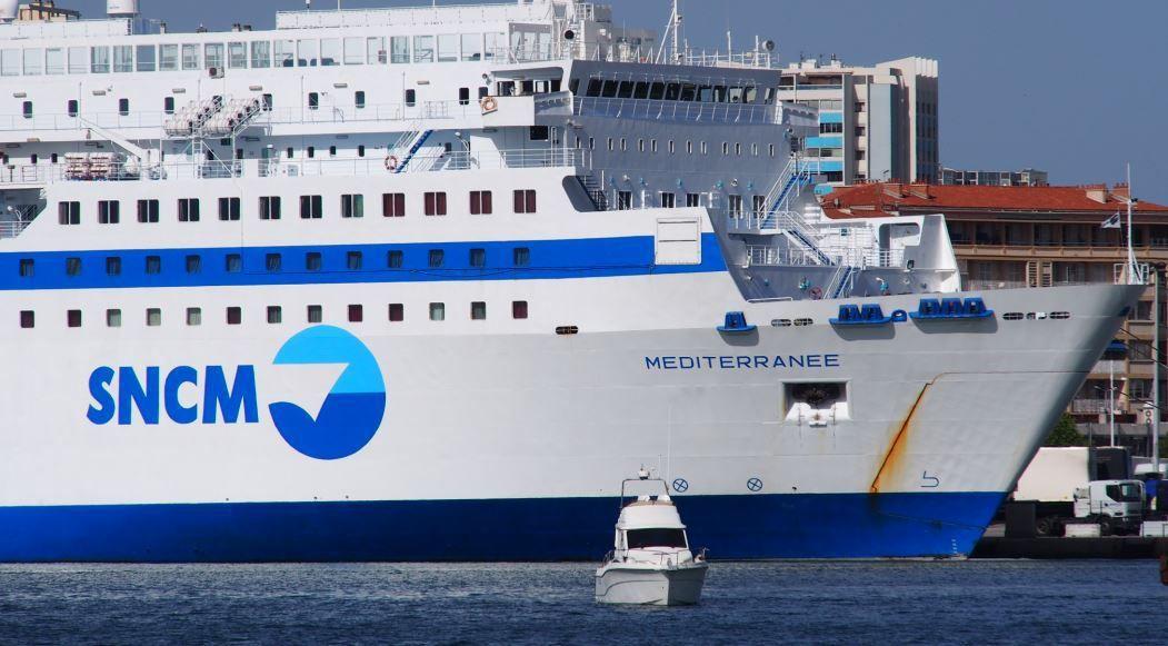 Un ferry de la SNCM dans le port de Toulon : une ligne qui sera abandonnée, faute de rentabilité.