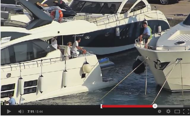 VIDEO - garer un yacht au chausse-pied, par grand vent