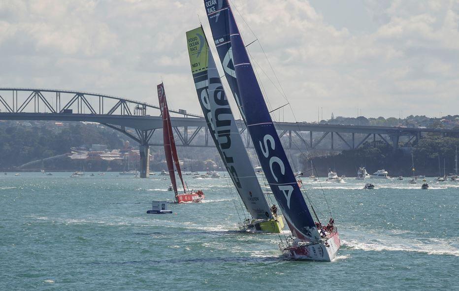 Volvo Ocean Race - les filles de Team SCA dominent l'in-port Race d'Auckland