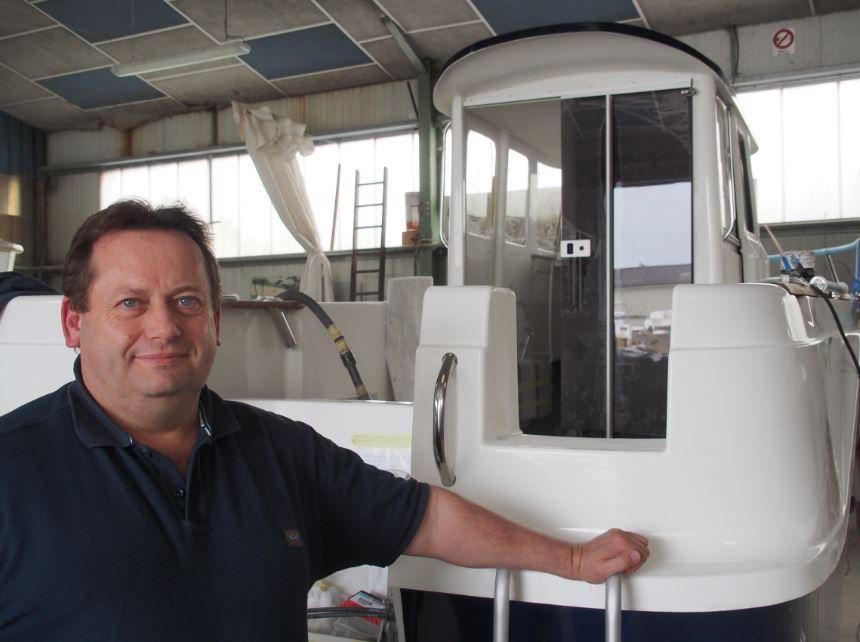 Fabrice Garnier, directeur de Guymarine, devant un modèle doté de la timonerie contremoulée