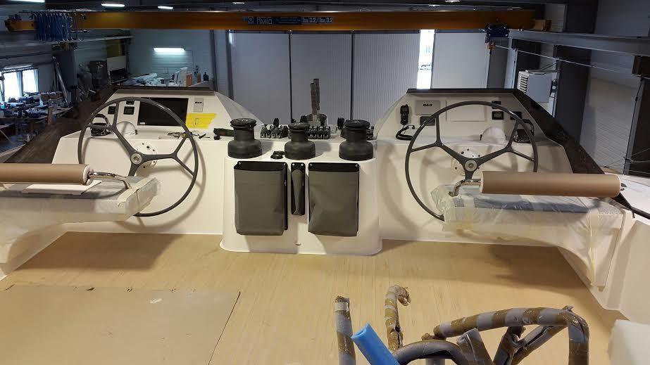 Dernières préparations avant la mise à l'eau du trimaran Neel 65