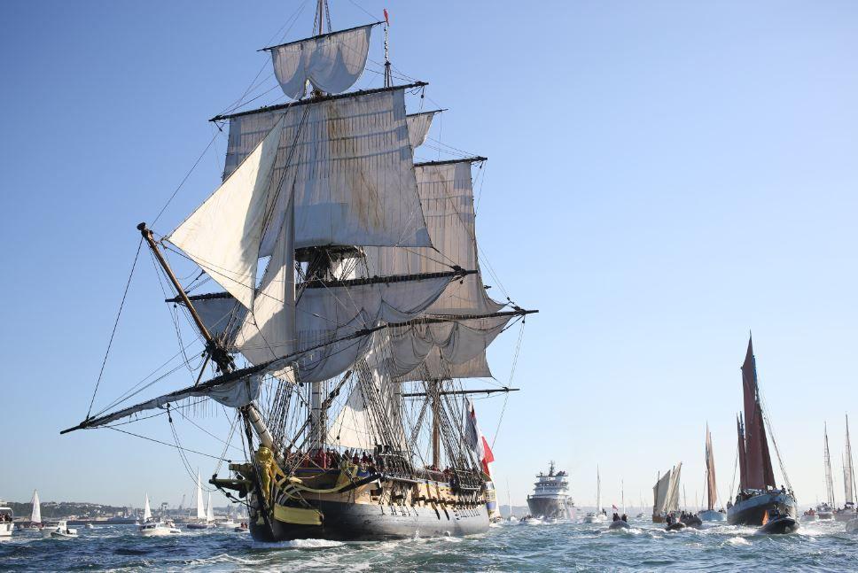 La frégate Hermione quitte la rade de Brest. - photo : R Tanguy
