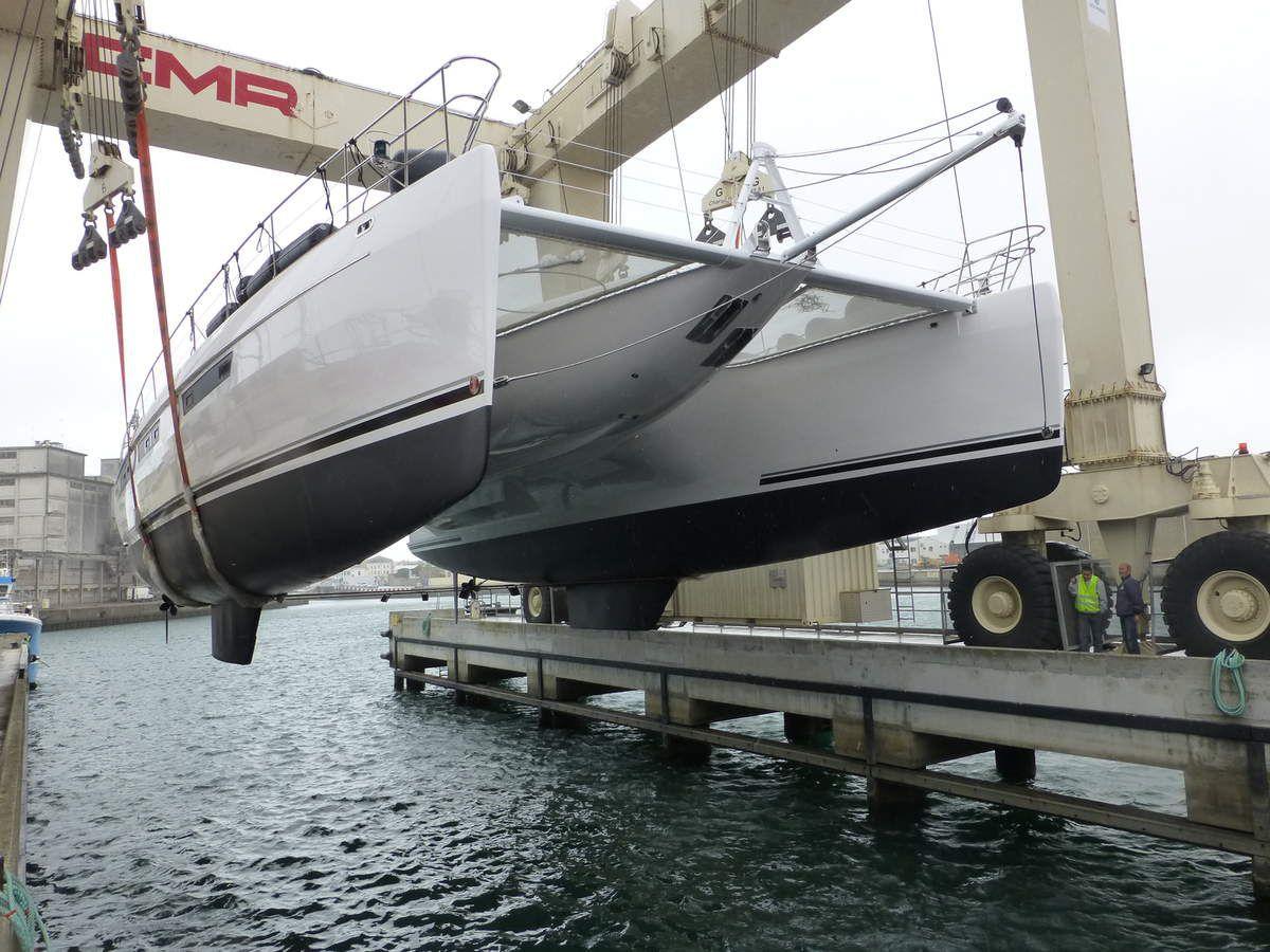 Mise à l'eau d'un catamaran de luxe de 74 pieds chez Privilège Marine (85)