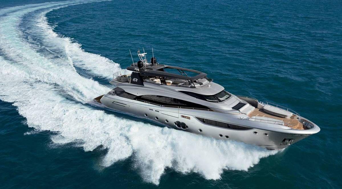 Un MCY 105 du chantier italien Monte Carlo Yachts en navigation