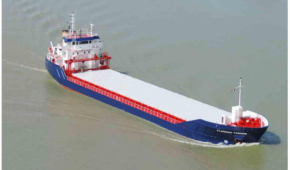 Un cargo sombre au large de Dunkerque