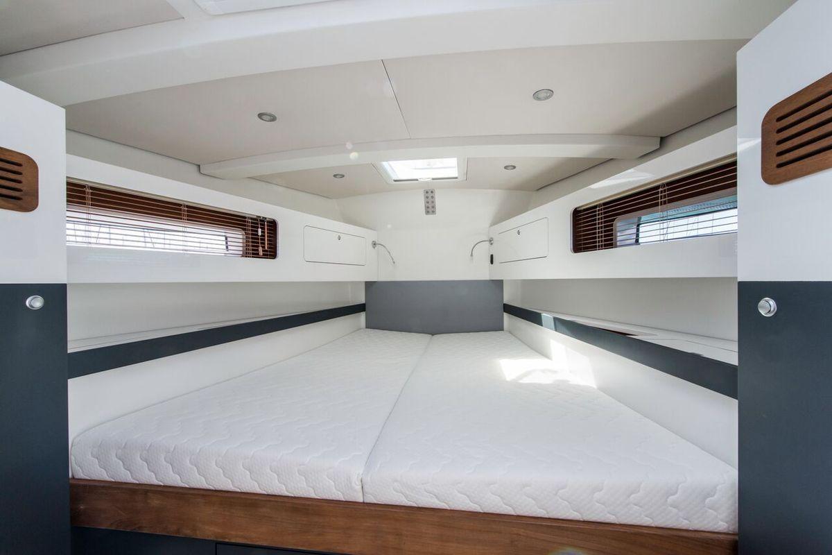Le RM 1370 propose 3 cabines et 2 salles de bain. La cabine propriétaire est située dans la pointe avant. Elle offre un très vaste couchage, de très nombreux rangements, des toilettes et une salle d'eau. Très pratique au quotidien !